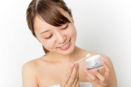 キューソームモイスチャーゲルクリームを持つ女性の画像