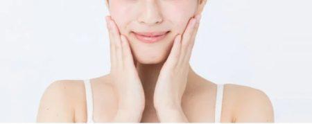 プロアクティブを使ってお肌をケアする女性のイメージ画像