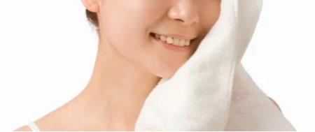 プロアクティブ タオルで顔を拭く女性の画像