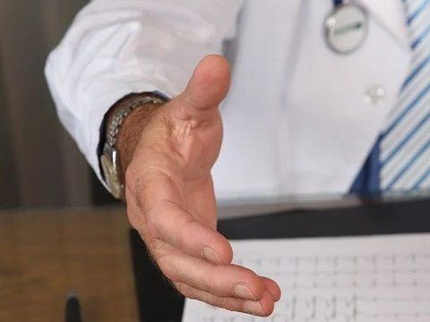 右手を差し出すドクターの右半身の映る画像