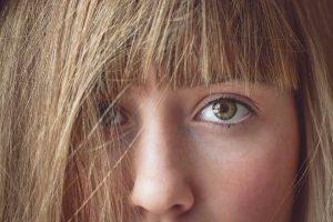 女性の顔の中心部のアップ画像