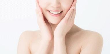 クリアゲルクレンズ 両頬に手を添えて微笑む女性の画像