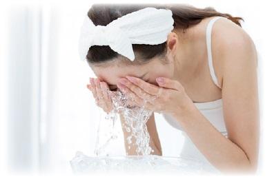 スキンピールバー 洗顔する女性の画像