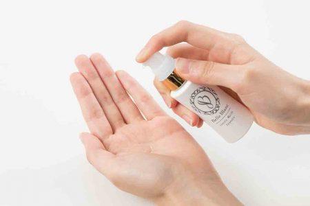 ベルブランをプッシュして手の平に液体を取り出す手