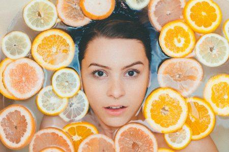 輪切りにしたグレープフルーツの湯船につかる女性の画像