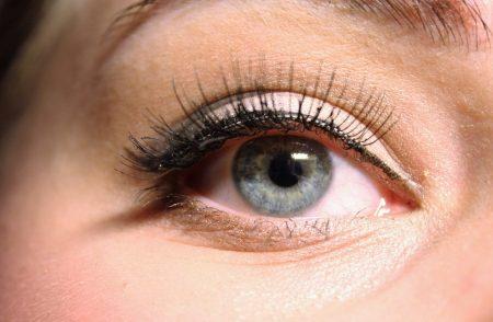 女性の長いまつ毛と目のアップ画像