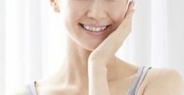 逆光に照らされて笑顔でこちらをみる女性の画像1