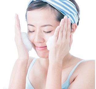パルクレールでもちもちの泡で洗顔を行う女性